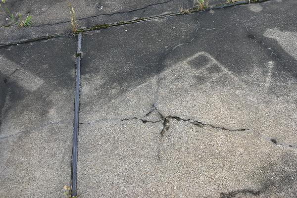 屋上床のスレ、ひび割れ